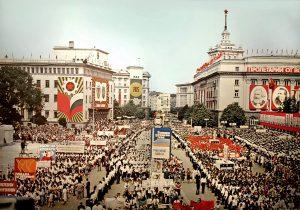 """Манифестация на площад """"Девети септември (сега """"Батенберг""""), София, 70-те години на ХХ век"""