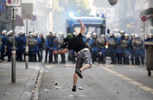 Ляв протестиращ, хвърля радио апарат срещу полицията, Шфейцария, 2011