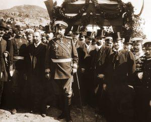 Фердинанд I, министър-председателят Александър Малинов, членове на правителството и генерали при обявяването на Независимостта на България.